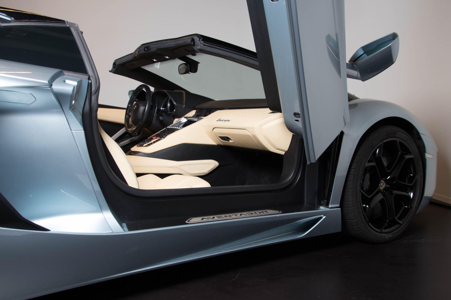2014 Lamborghini Aventador Roadster  3805